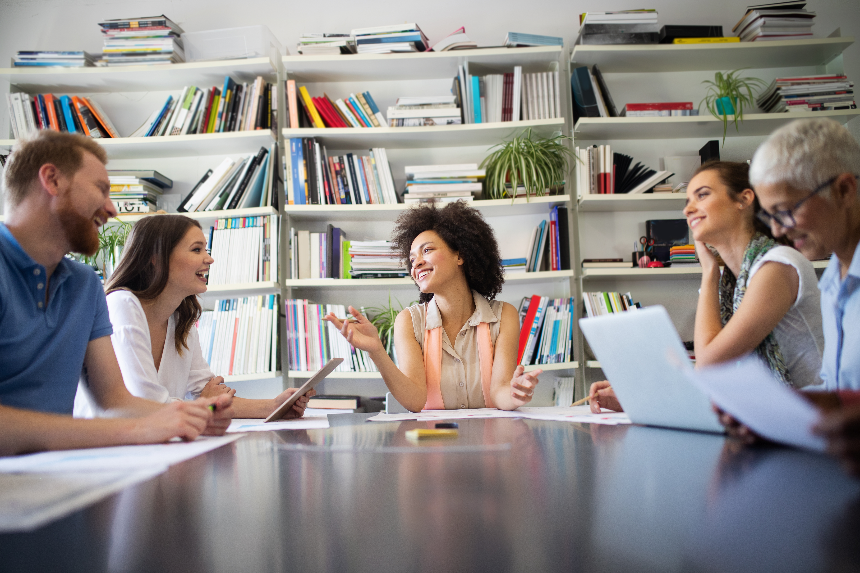 business-people-good-teamwork-in-office-teamwork-s-9H6XUM3